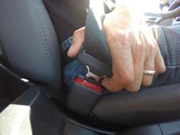 hands fastening seat belt